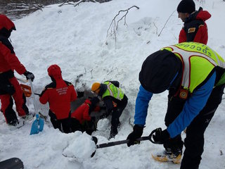 6 people alive in hotel buried by avalanche