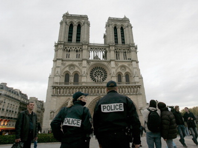 'Gunshots' at Paris's Notre Dame