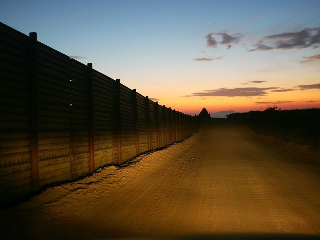 U.S. awards contracts for concrete prototypes of border wall