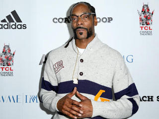 Snoop Dogg dons Chargers jersey at SD show